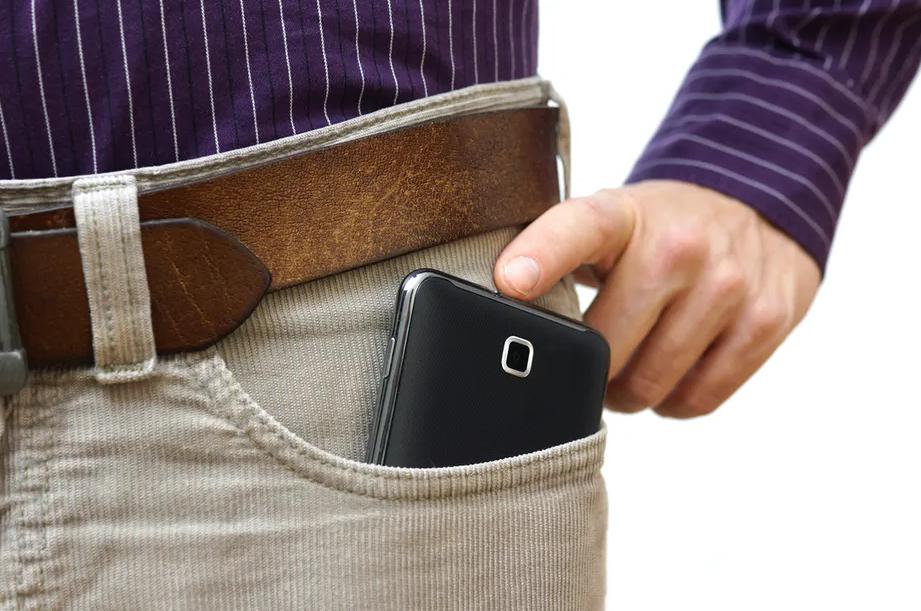 мобильный в джинсовом кармане